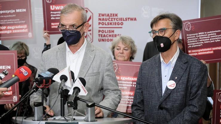 """ZNP odrzuca propozycje MEiN zmian w Karcie nauczyciela. """"Mamy dość arogancji i braku szacunku"""""""
