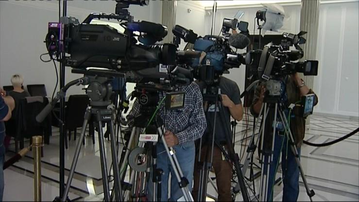 Inwigilacja dziennikarzy. KRRiT domaga się informacji od premier