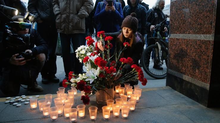 Rosjanie oddają hołd ofiarom ataku. W Sankt Petersburgu znów kursuje metro