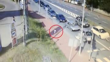 Nietrzeźwa matka nie zauważyła, że jej synek wyszedł z domu. 3,5-latek błąkał się po ulicach