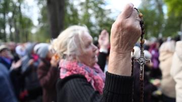 """""""Lepiej walczyć różańcem niż karabinem"""". Tysiące wiernych modliło się w ramach akcji """"Różaniec do Granic"""""""