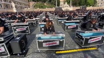 Włochy. Protest branży rozrywkowej. Uczestnicy uderzali klapami do skrzyń