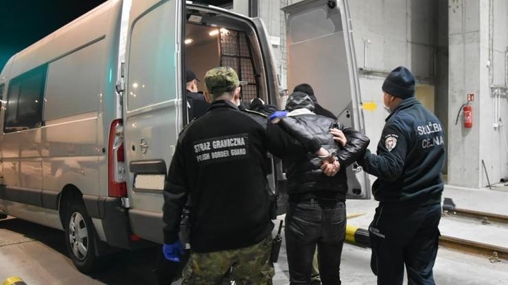 Nielegalni migranci w naczepie ciężarówki