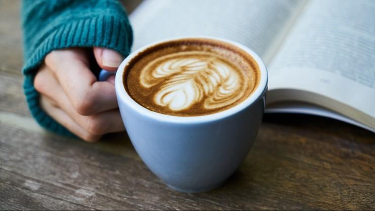 Czy w ciąży powinno się pić kawę? Najnowsze badania