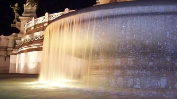Będą całodobowe patrole przy rzymskich fontannach. Reakcja na kąpiel w negliżu przy Ołtarzu Ojczyzny