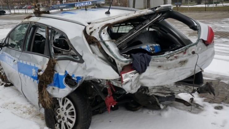 Zniszczony radiowóz, dwaj policjanci w szpitalu