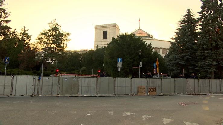 Spór o budowę płotu wokół parlamentu. Kancelaria Sejmu odwołała się od negatywnej decyzji