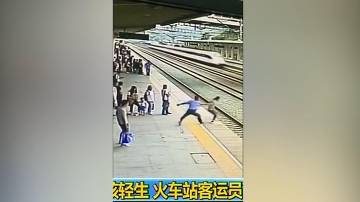Próbowała rzucić się pod pociąg. W ostatniej chwili zatrzymał ją pracownik kolei