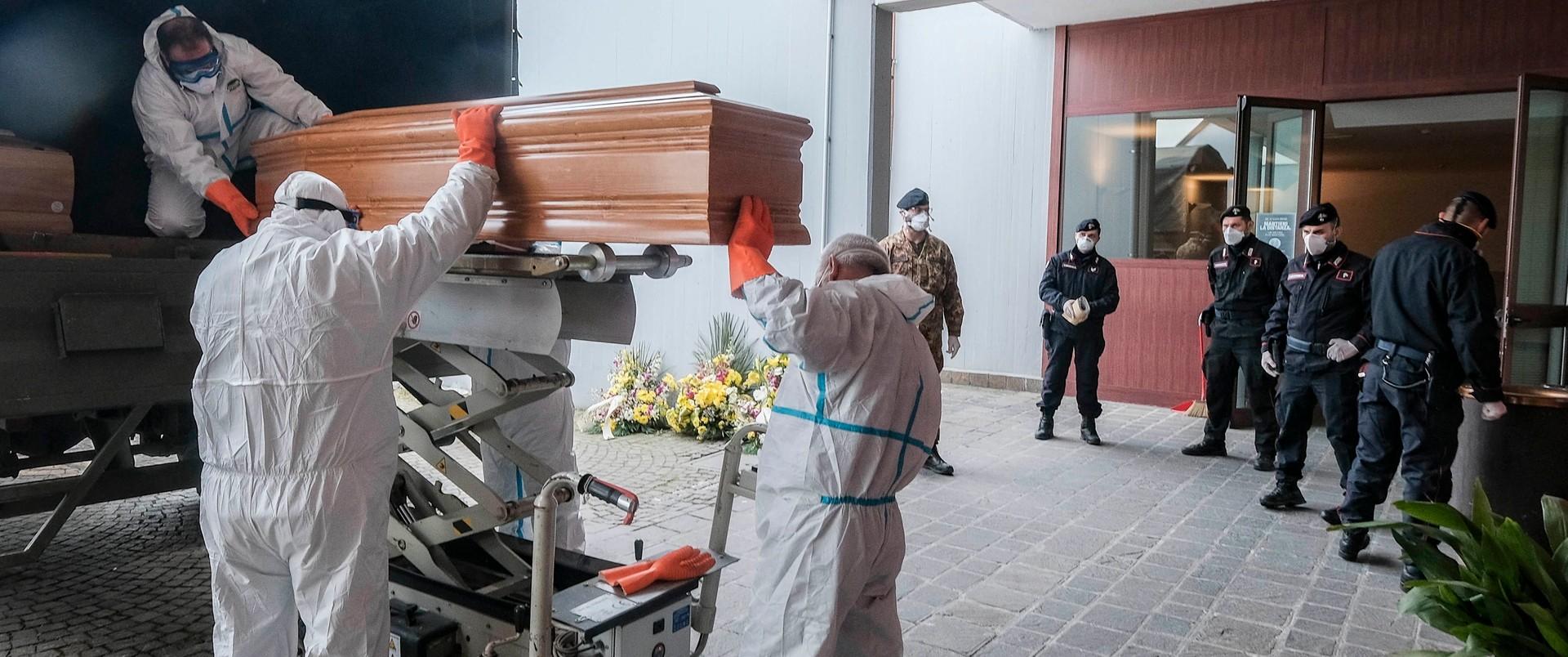 Transport trumien z ofiarami koronawirusa we Włoszech