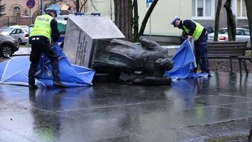 Zarzuty dla sprawców obalenia pomnika ks. Jankowskiego. Nie przyznali się
