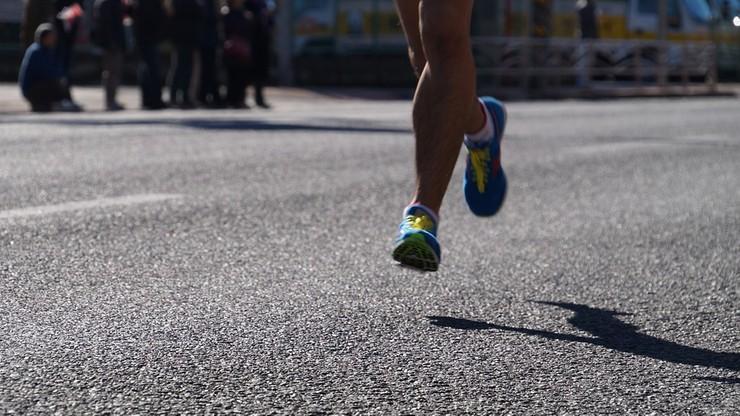 Mandat za załatwienie potrzeby w krzakach. Mistrz świata przestrzega uczestników maratonu