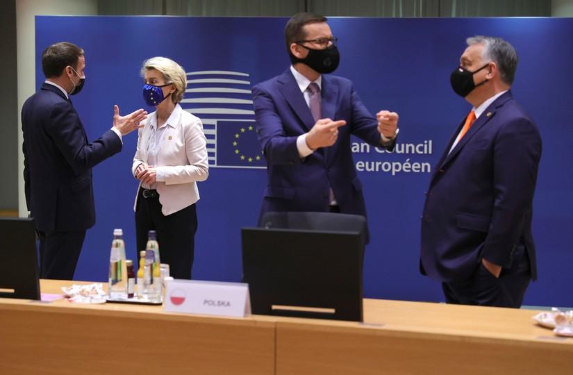 Prezydent Francji Emmanuel Macron, szefowa Komiji Europejskiej Ursula von der Leyen, premier Węgier Viktor Orban i premier Polski Mateusz Morawiecki
