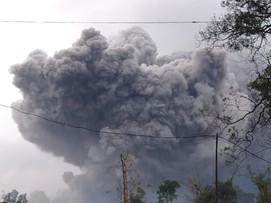 Wybuchł wulkan Semeru. Erupcji towarzyszą potoki błota