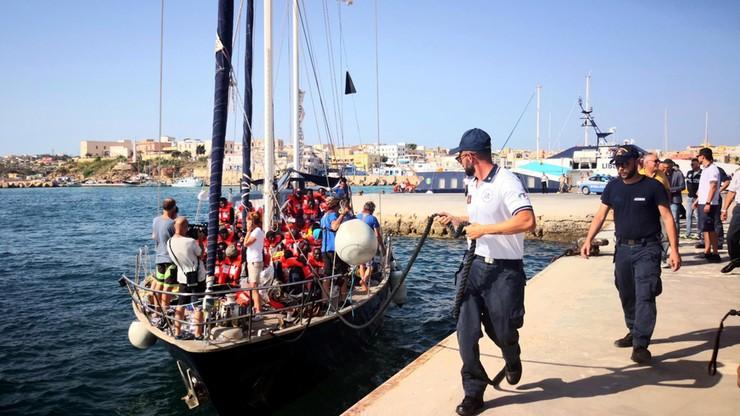 Statek z migrantami zawinął na Lampedusę mimo braku zgody ze strony władz