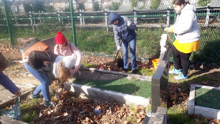Akcja Znicz w Londynie. Wolontariusze sprzątali polskie groby