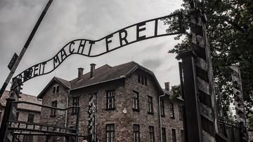 """""""Szczepionka czyni wolnym"""" na bramie Auschwitz. Burza po wpisie"""