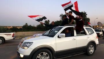 Dzień wolny z okazji zwycięstwa nad Państwem Islamskim. Flagi i kwiaty w Iraku