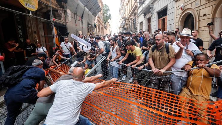 Reporterzy Bez Granic proszą o ochronę na manifestacjach przeciw paszportom sanitarnym