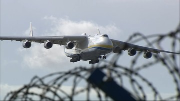 Największy samolot świata wylądował w Warszawie. Na pokładzie 7 mln maseczek