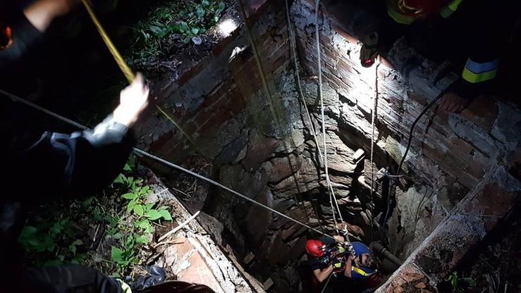 Wpadł do 20-metrowej studni, pełnej wody. Zdjęcia z akcji ratunkowej