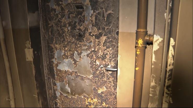 Ktoś podpalił drzwi w blokach w Kędzierzynie-Koźlu. Mieszkańcy mówią o kłębach dymu