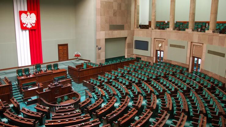 Sondaż: PiS bez zmian, PO traci, lewica i PSL poza Sejmem