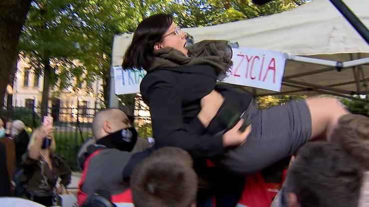 """""""Wygraliśmy"""" Kaja Godek w rękach działaczy pro-life po wyroku ws. aborcji"""