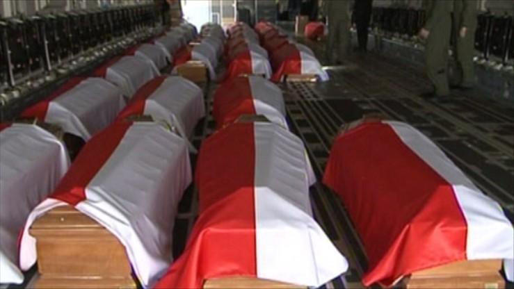 Nieprawidłowości w 13 trumnach, zamiana dwóch ciał. Prokuratura o wynikach ekshumacji