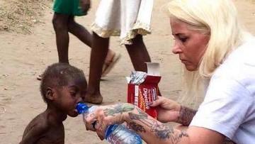 Na słynnym zdjęciu poiła wodą chłopca z Nigerii. Została najbardziej inspirującą osobą na świecie