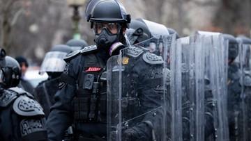 Uzbrojeni zwolennicy Trumpa przed budynkiem Kapitolu w Atlancie