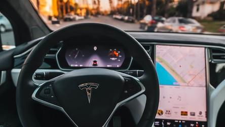 Jaki zasięg ma 8-letnia w pełni elektryczna Tesla? Jakieś 79 kilometrów…