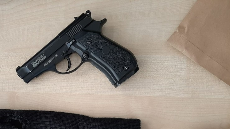 20-latek podejrzany o rozboje z użyciem broni pneumatycznej. Grozi mu do 15 lat więzienia
