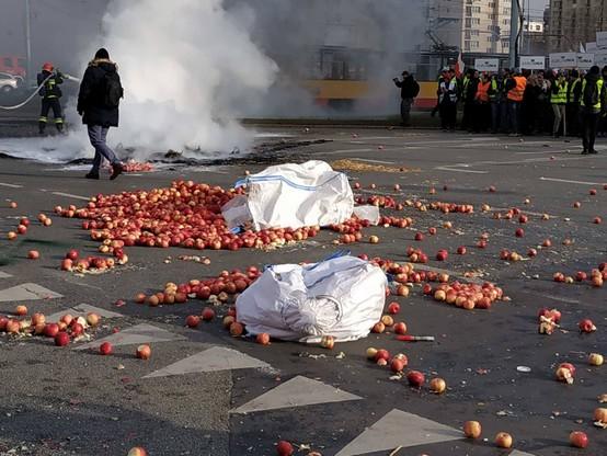 Świńskie łby i płonące opony na jezdni. Rolnicy z AGROunii zablokowali plac Zawiszy w Warszawie