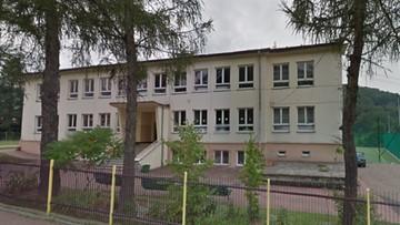 12-latek bił i dusił rówieśniczkę w szkole, a inny uczeń to nagrał. Sprawą zajęła się policja