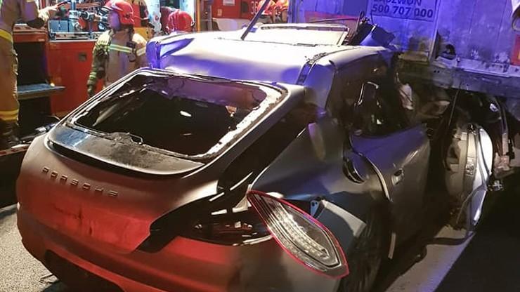 Śmierć na autostradzie A2. Porsche wbiło się w ciężarówkę [ZDJĘCIA]