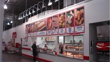 """Sieć marketów likwiduje """"polskie"""" hot dogi. Oburzeni klienci zapowiadają bojkot"""