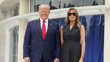 Trump poprosił Melanię, by uśmiechnęła się przed kamerami. Jej reakcja podbija sieć