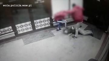 Kopali w głowę, aż stracił przytomność. Nagrały to kamery