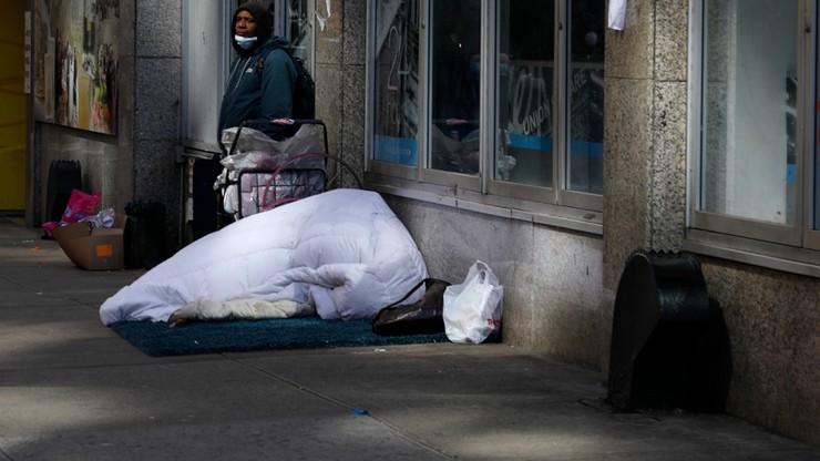 2 tys. bezdomnych przechodzi kwarantannę w hotelach. Władze dostarczają im alkohol i narkotyki