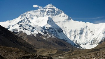 Pandemia dotarła na Everest. Władze nie rezygnują