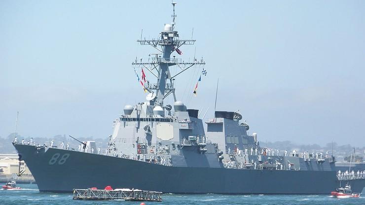 Amerykański niszczyciel przepłynął obok raf, do których prawa roszczą sobie Chiny