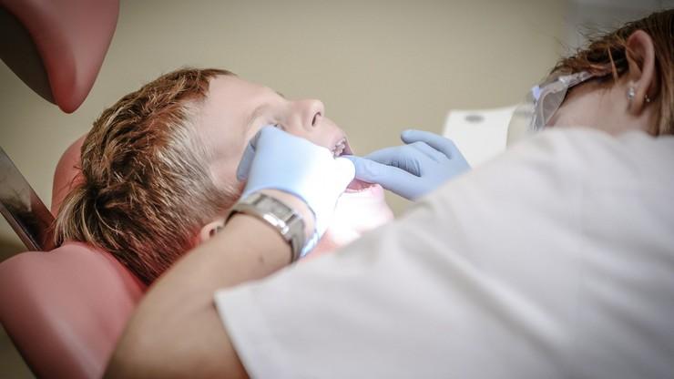 Szkolne gabinety stomatologiczne w trakcie wakacji. MEiN zachęca dyrektorów