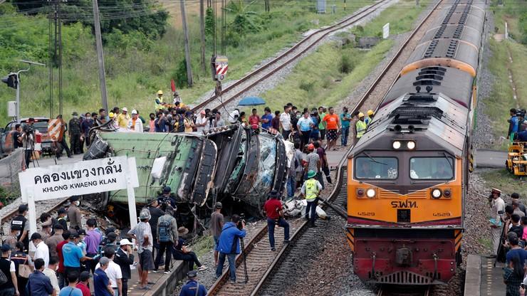 Pociąg uderzył w autobus. 20 osób nie żyje