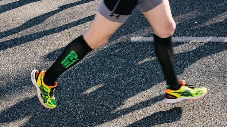 Odwołali mu maraton, więc przebiegł 42 km wokół stołu w salonie