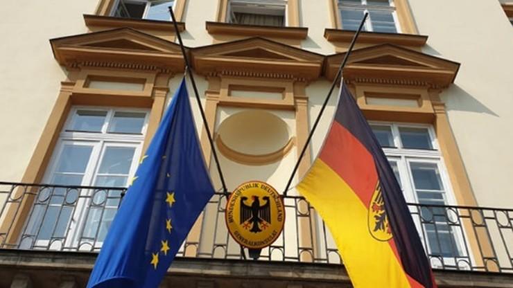 Ambasador Niemiec: flagi opuszczone do połowy na znak bólu i wstydu