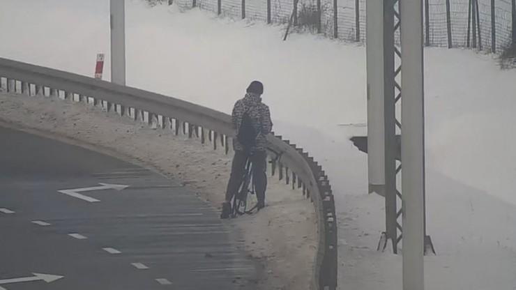 Rowerzysta na drodze ekspresowej. Wszystko nagrała kamera [WIDEO]