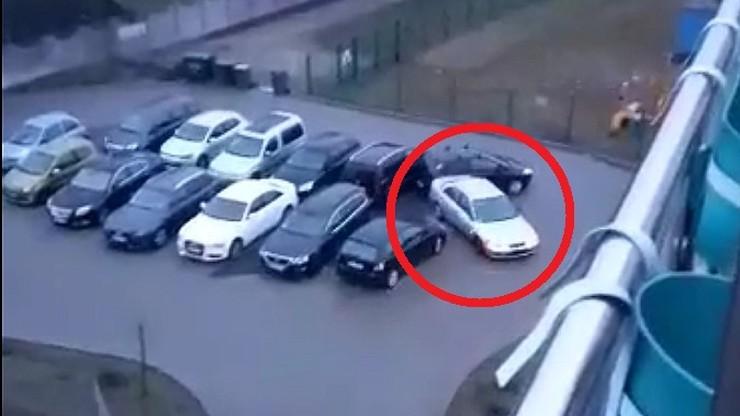 Kompletnie pijany jeździł po parkingu, rozbijając auta. Zatrzymała go policja [WIDEO]