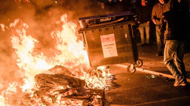 """Zamieszki w Berlinie: płonące barykady, policjanci obrzucani butelkami. """"Fatalne obrazy"""""""