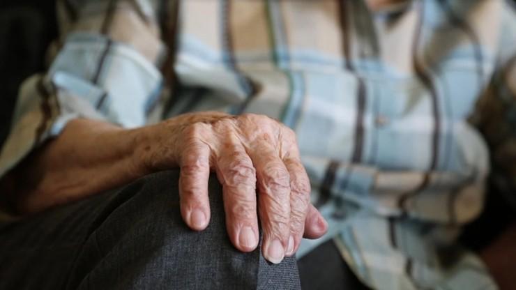91-latek odstąpił szczepionkę matce niepełnosprawnego chłopca