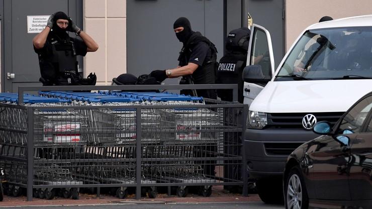 Ewakuacja centrum handlowego w Bremie. Policja ściga Algierczyka